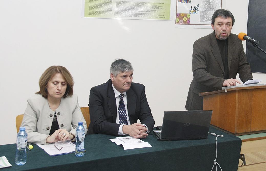 Доц. д-р Красимира Мутафова, проф. д-р Атанас Дерменджиев и деканът на Историческия факултет доц. Андрей Андреев (отляво надясно) по време на форума.