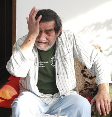 65-годишният мъж се разплака пред съдия-изпълнителя.