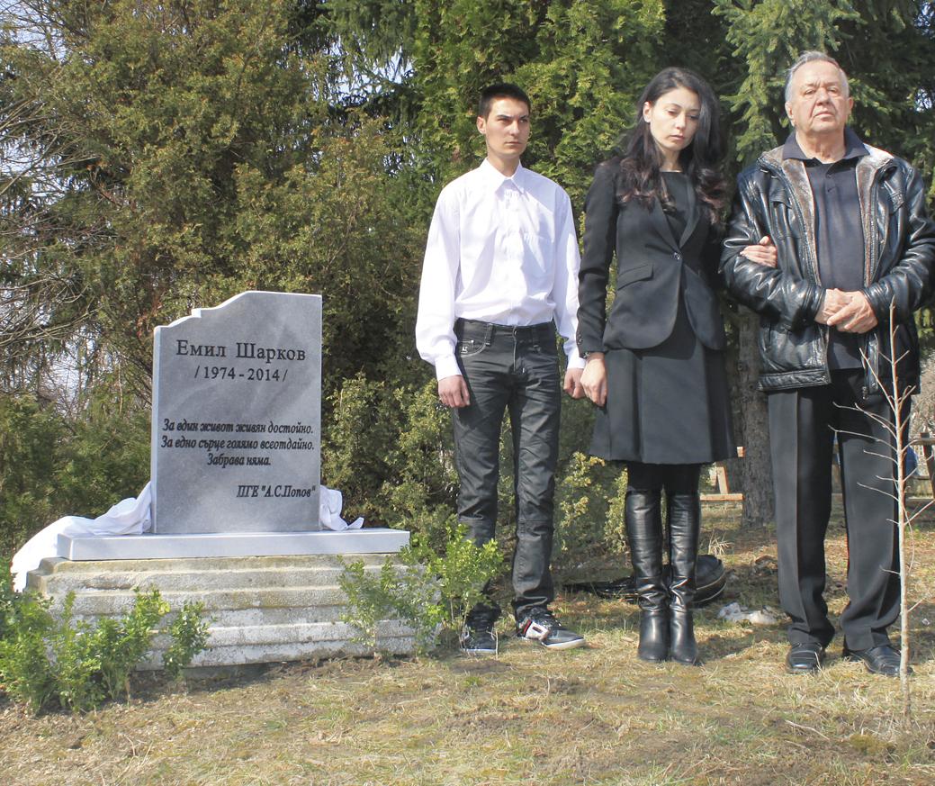 Милена Шаркова присъства на церемонията с бащата на убития командос.