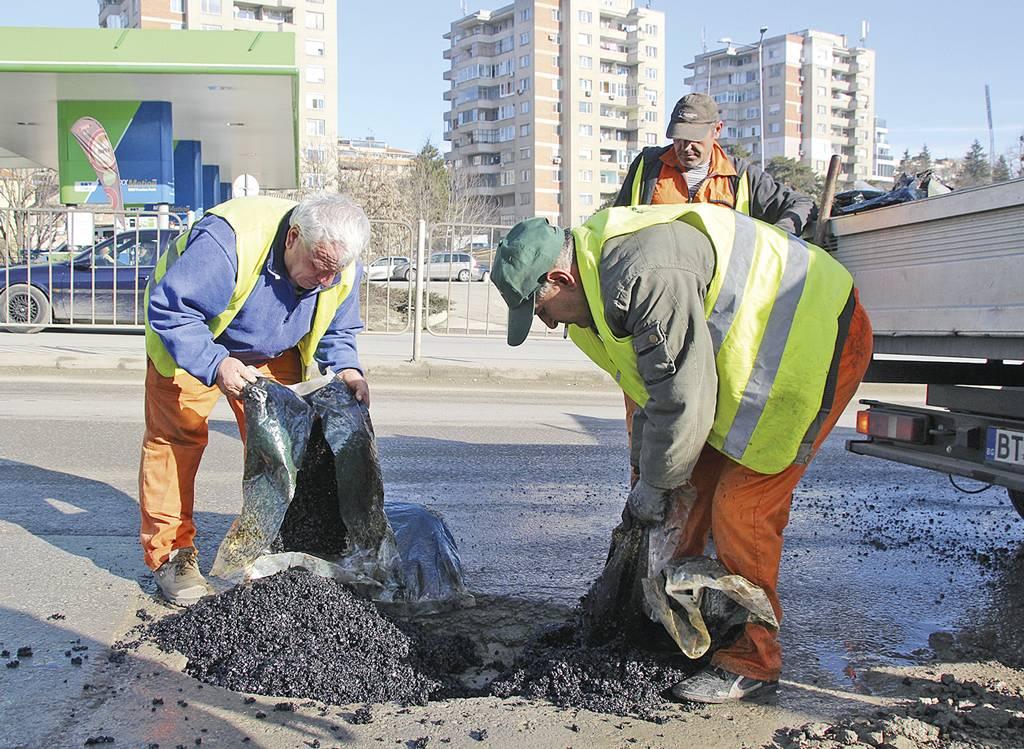 """Дупките се пълнят със студена асфалтова смес. Напролет започва същинският ремонт на ул. """"Магистрална""""."""