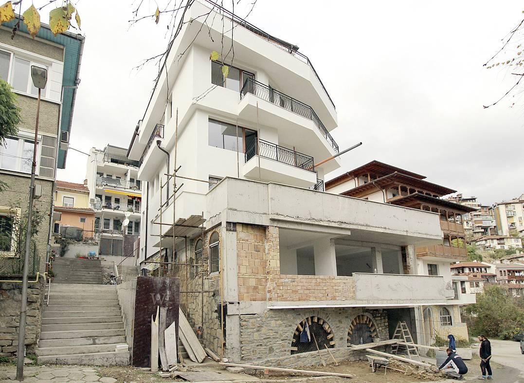 """Атакуваната от съседите сграда между улиците """"Хаджи Димитър"""" и """"Александър Пенчев"""" вече е готова.                  сн. Даниел ЙОРДАНОВ"""
