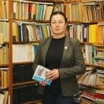 Зам.-директорът на библиотеката Калина Иванова не крие радостта си от това, че много родители водят децата си в библиотеката, за да израснат сред книгите.