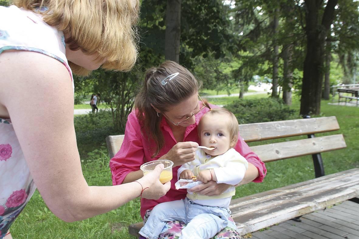 Майки с деца опитаха от бебешката храна на общинската ... - photo#3