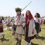 Младоженците Георги Георгиев от Луковит и Ива Янчева от Бургас се врекоха във вечна вярност пред многохилядното множество.