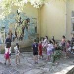 Над 30 деца и младежи на различни възрасти, като най-малките са на 4 г., а най-големите на 18, дават воля на творческата си фантазия в Старото училище.