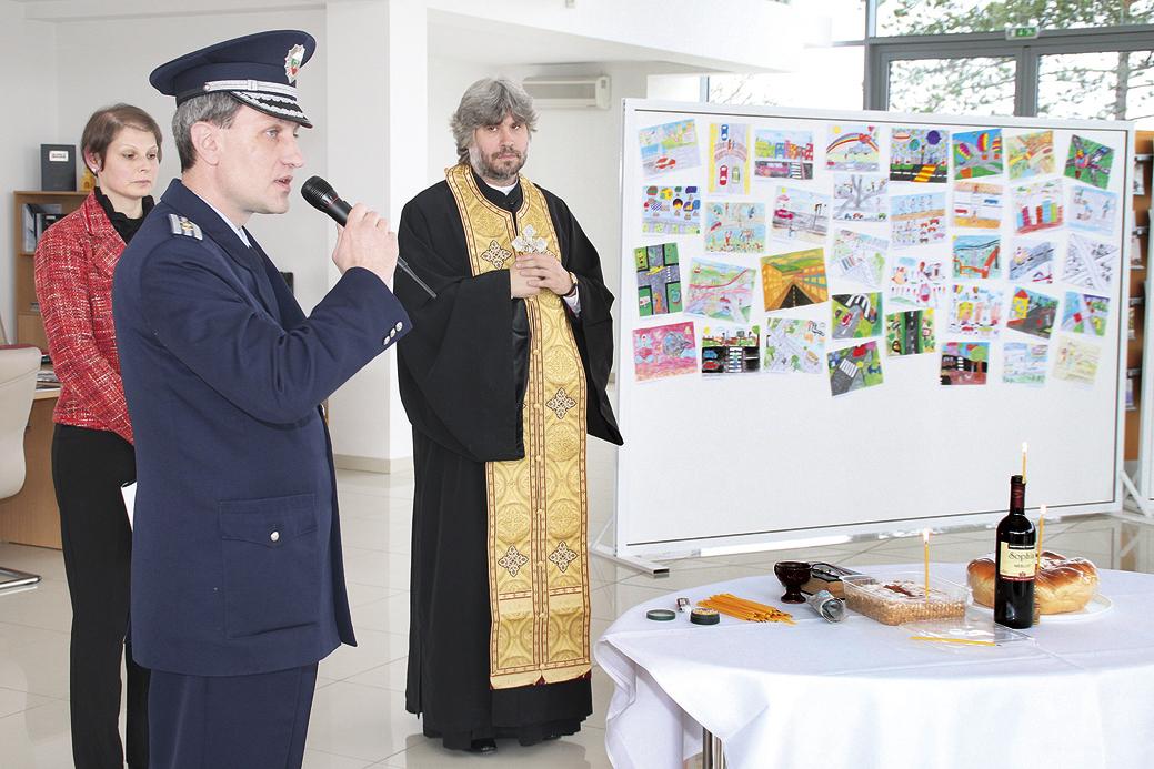 Отец Славчо отслужи панихида за жертви на пътни инциденти. Гл. инспектор Иван Каназирски сподели, че е обезпокоен от случващото се по пътищата.