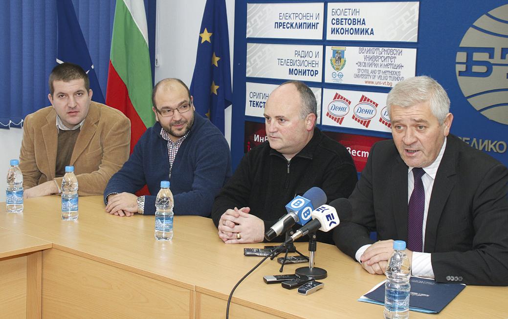 Д-р Шарков (вдясно) направи отчет за работата си като депутат през последните три месеца.