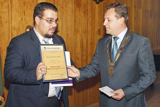 Отличният студент Драгомир Георгиев (вляво) получи наградата от кмета на Велико Търново Даниел Панов.