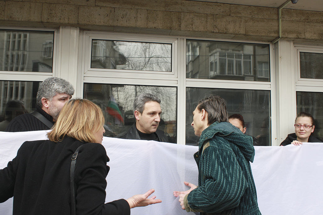 Румен Димитров (в средата) и Ивайло Любенов бяха освиркани и с намесата на полицията бяха изведени от митинга.