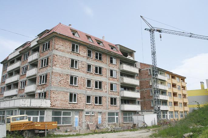 """Недовършеният блок на строителния предприемач, в който """"изгоряха"""" десетки купувачи на апартаменти.       сн. архив"""