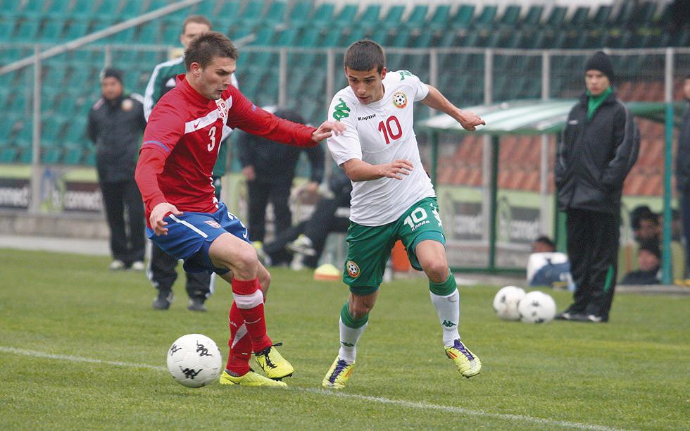 Валентин Веселинов (вдясно) започна в титулярния състав на младежите.