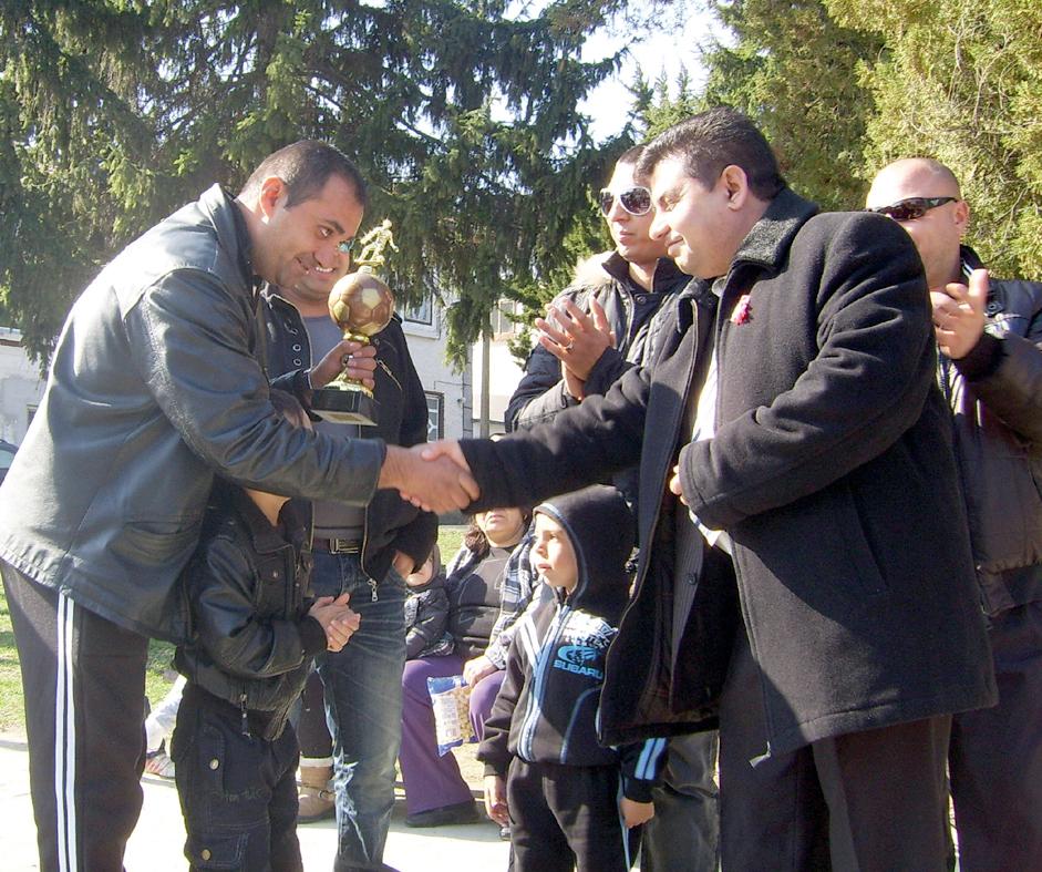 Победителите получиха купата от кмета на Върбовка Антон Антонов (вдясно).