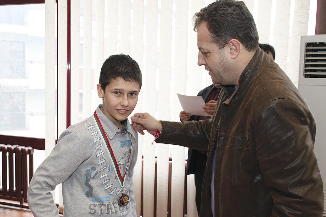 Кметът Даниел Панов връчи бронзовия медал на Емил Стефанов в държавното първенство до 20 г.