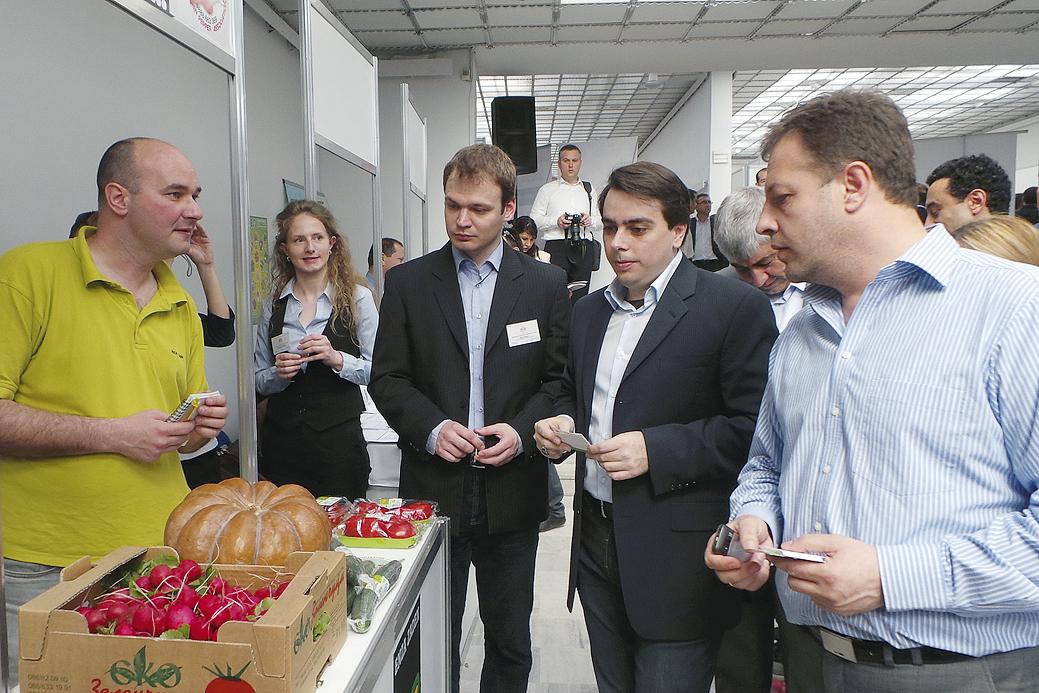 Министър Асен Василев (в средата) и кметът Даниел Панов разговаряха с производителите и чуха техните проблеми.