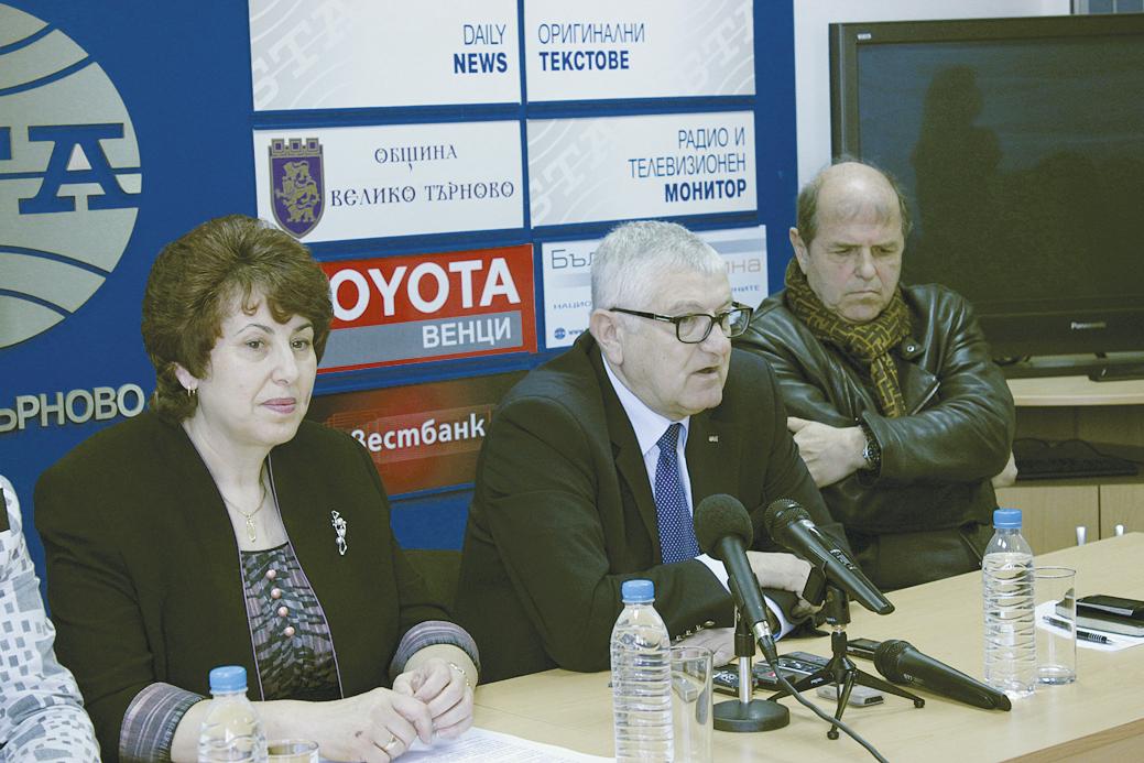 """Водачът на листата Мариана Бояджиева, Петър Кънев и Тома Томов по време на представяне на кандидатите за народни представители на """"Коалиция за България""""."""