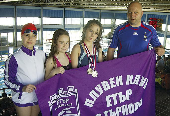 Треньорът Петко Шатров с възпитаничките пред басейна в Ниш.