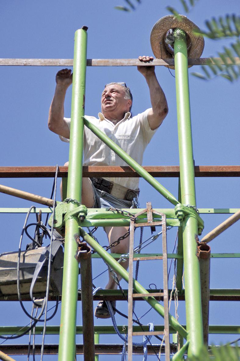 Изобретателят Димитър Иванов се е качил върху послендото си творение - метална конструкция на 8 м височина.