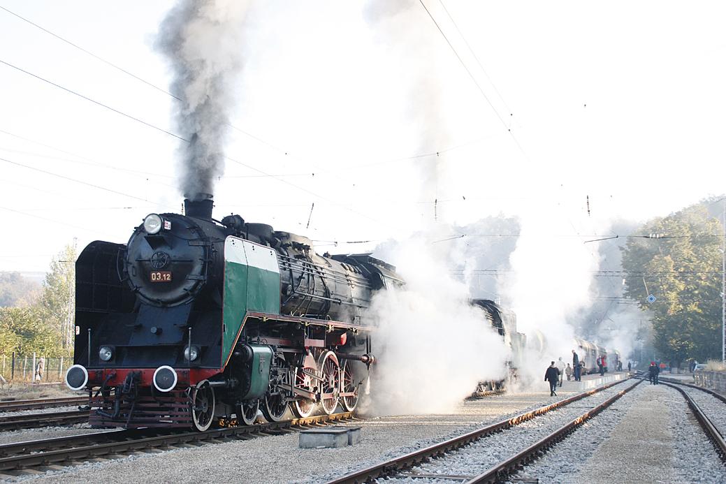 72-годишен парен локомотив от горнооряховското депо тегли атракционния влак.