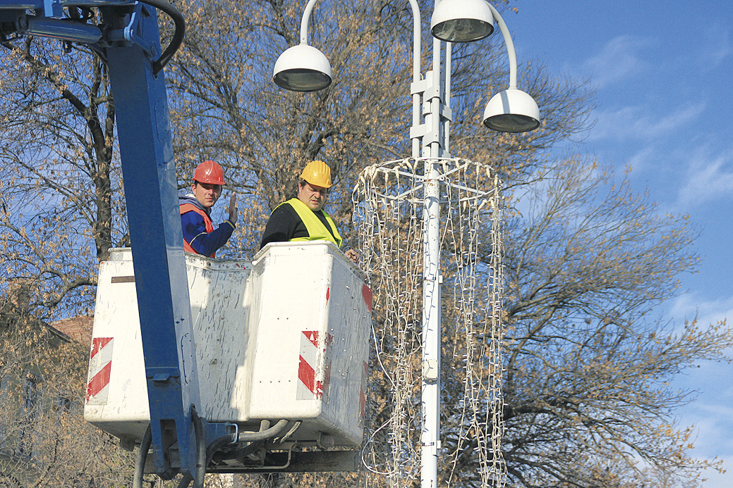 Работници монтират коледно осветление по улиците на Велико Търново.