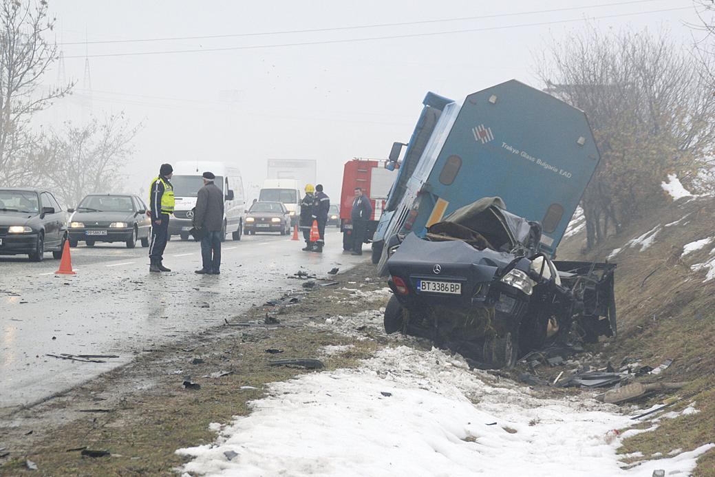 """Няколко часа по-късно до разклона за Леденик се удариха """"Мерцедес"""" и камион."""