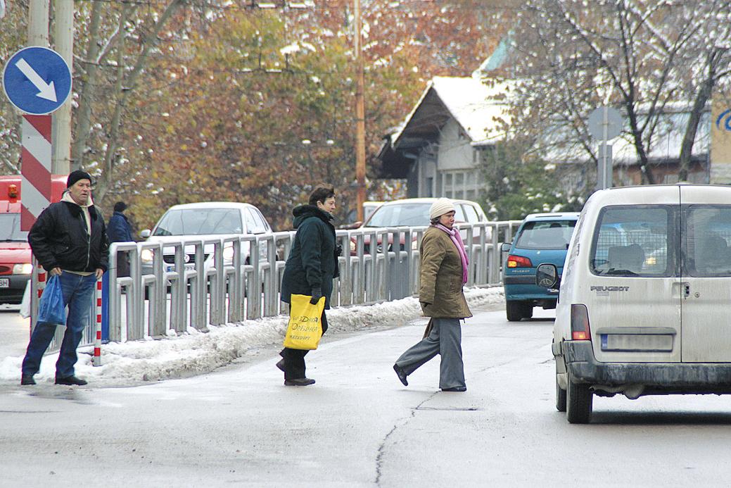 Въпреки забраната хората пресичат неправилно улицата пред съда във Велико Търново и създават предпоставки за ПТП.