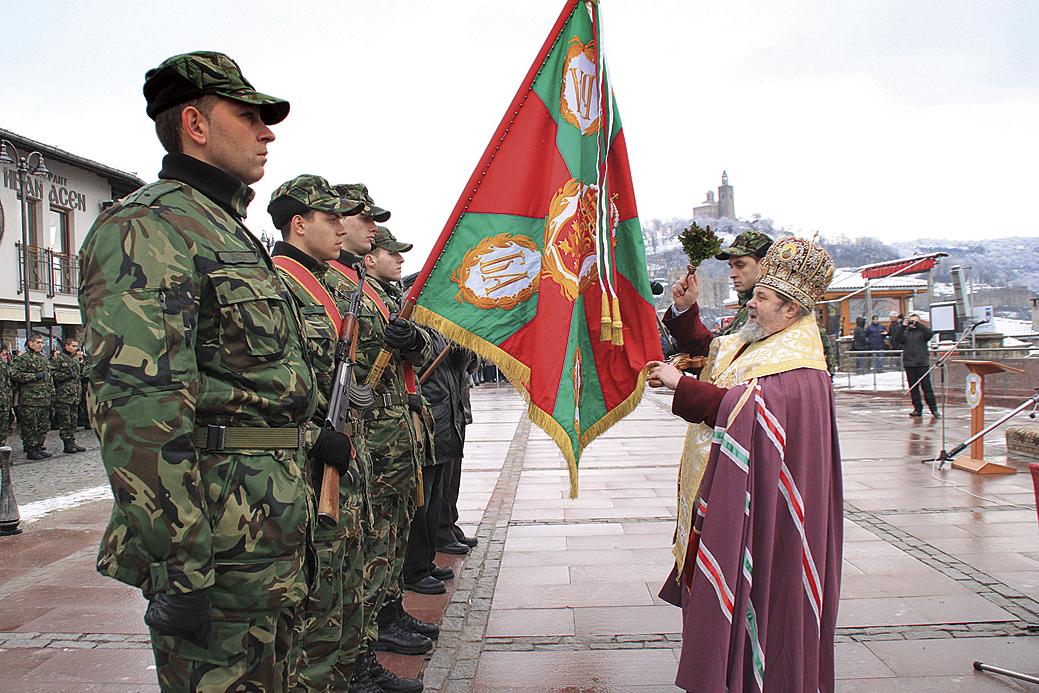 """По традиция дядо Владика ще благослови бойните знамена на площад """"Цар Асен I""""."""