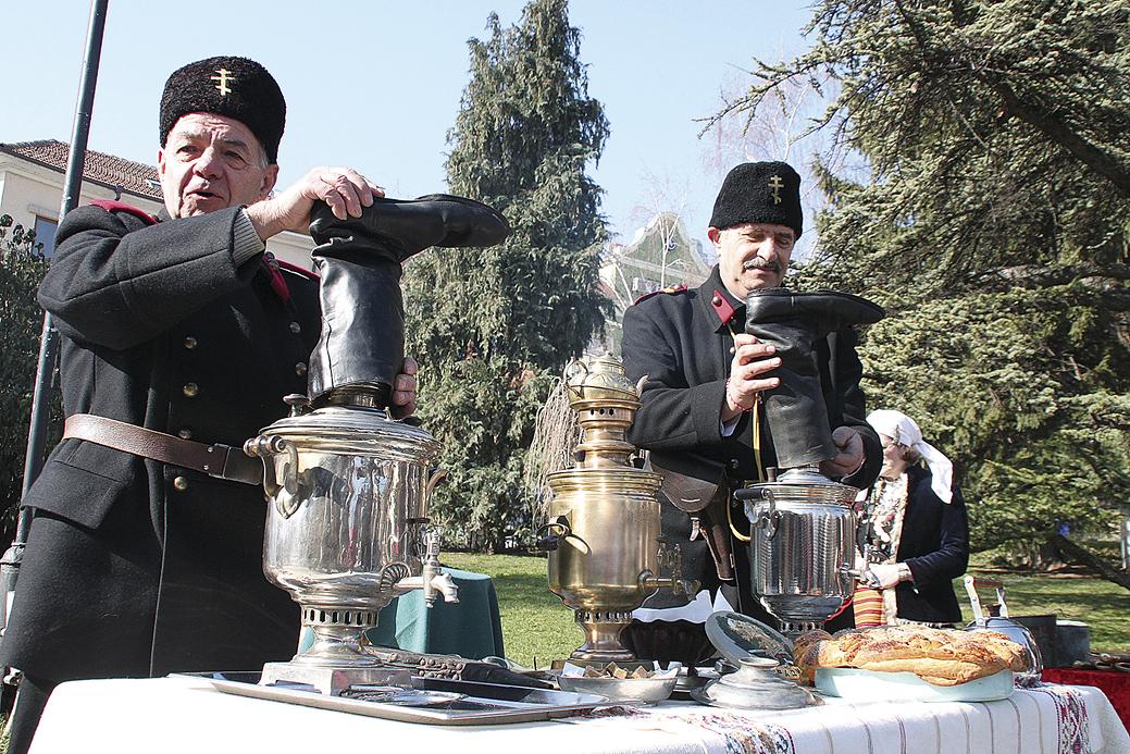 """Миналата година членовете на клуб """"Традиция"""" във Велико Търново направиха две атрактивни възстановки в парка """"Майка България"""". Те показаха древния обичай за приготвяне на чай под ботуш и пресъздадоха пътя на хляба по нашите земи."""