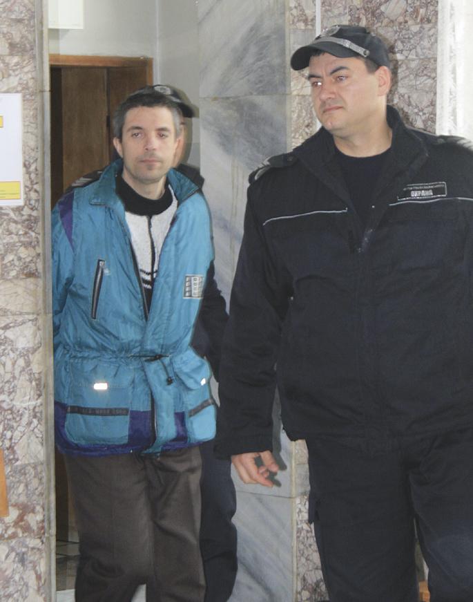 Съдебната охрана води Асен Кючуков в залата.
