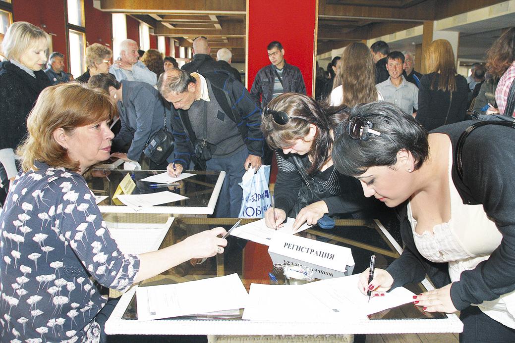Стотици търновци дойдоха да търсят работа на априлската борса.
