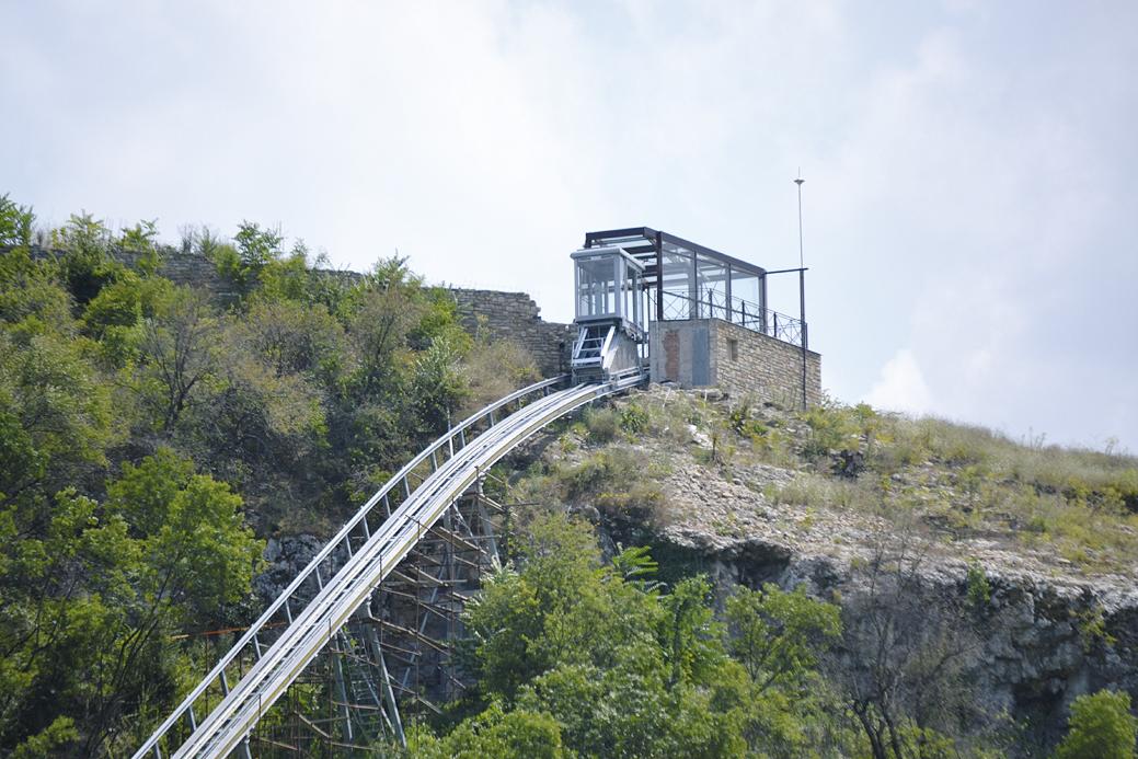 За да могат туристите да се любуват на панорамата наоколо, асансьорът е остъклен от всички страни.