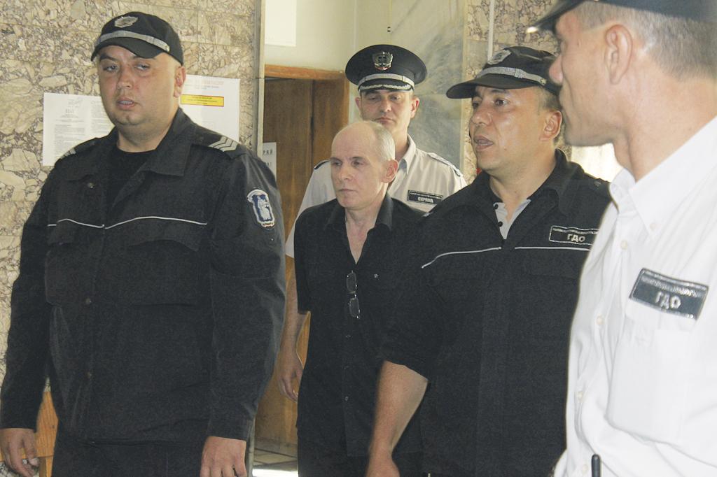 Съдебната охрана води Фердинандов за заседанието.