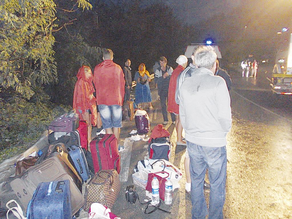 Уплашените туристи чакаха да ги приберат от мястото на инцидента.