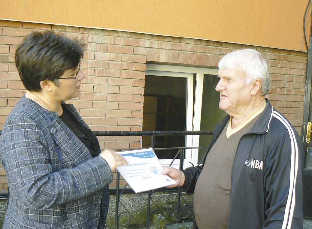"""Мария Димитрова, директор """"Обслужване на клиенти в """"Енерго-Про"""", връчи на Филип Богданов чека за 200 лева безплатен ток."""