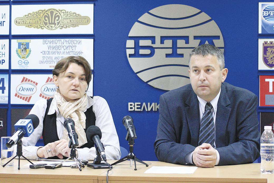 Шефката на Службата по кадастър инж. Весела Тодорова и кметът на Златарица Пенчо Чанев.