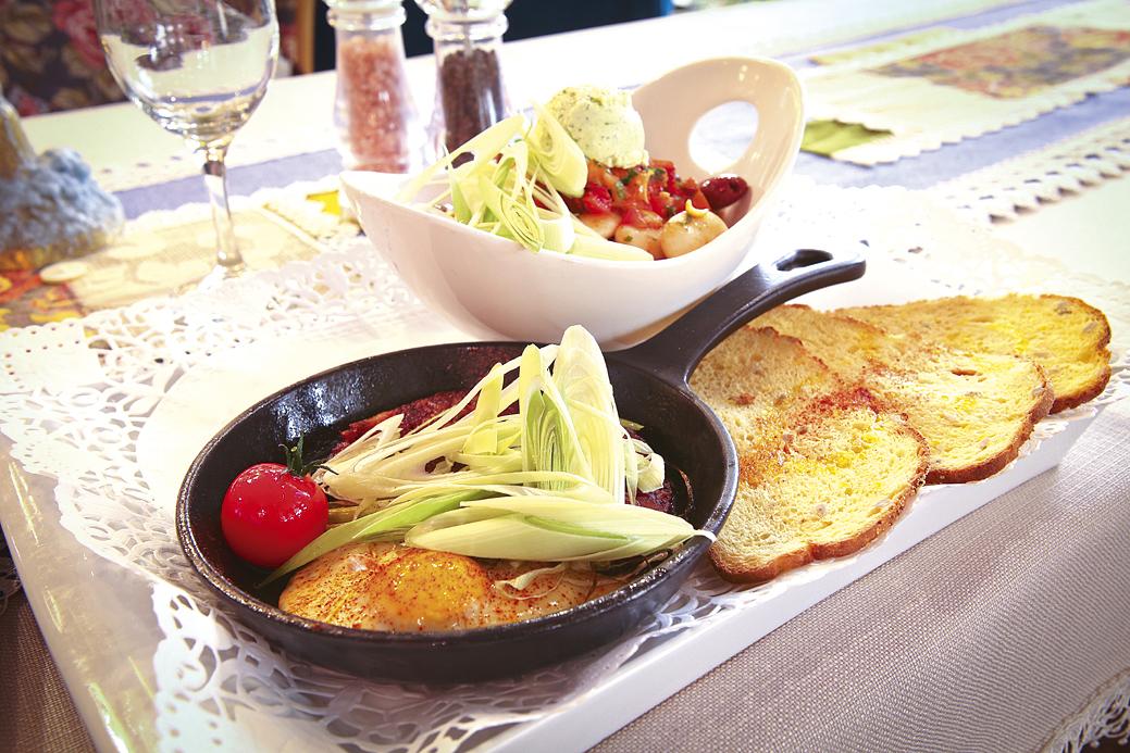 Богата зимна салата със запечена телешка саздърма.