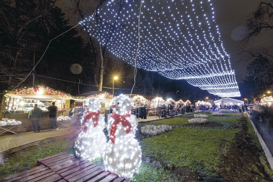 Вечер базарът грейва в празнични светлини.