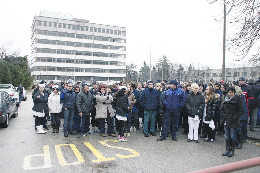 800 оръжейници излязоха на протест заради забавените си заплати.