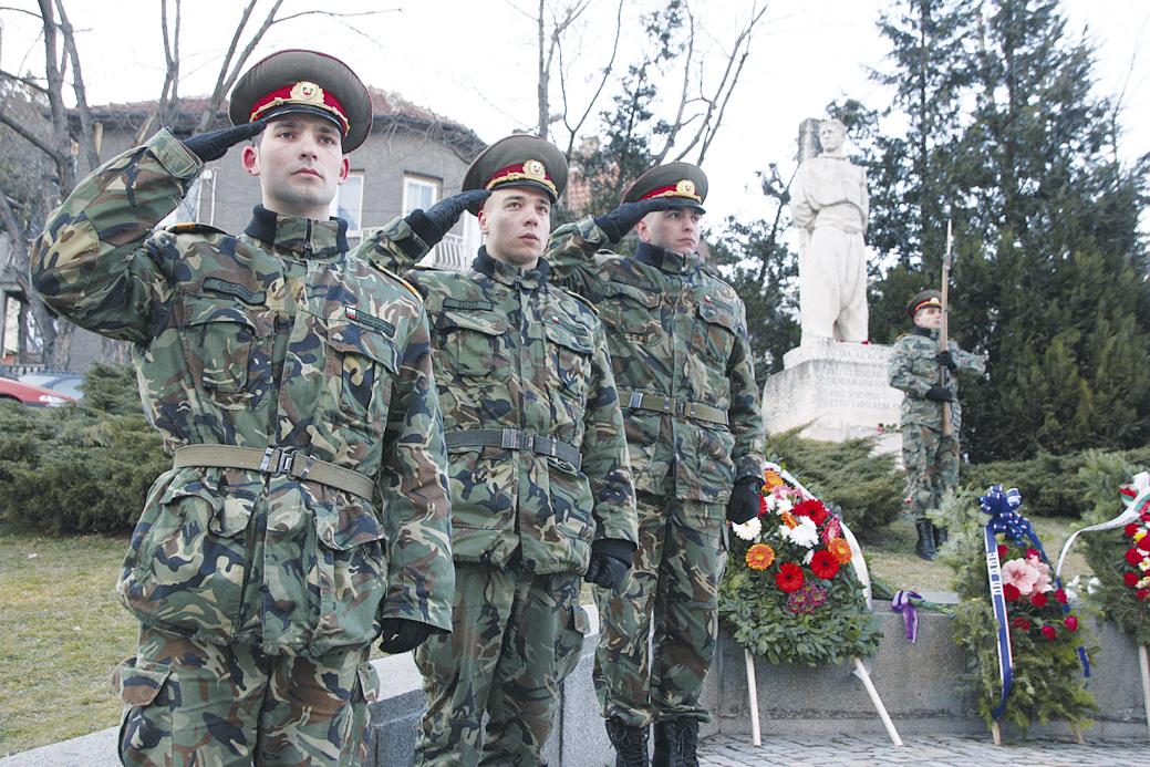 Тържествената церемония се състоя пред паметника на Апостола на българската свобода в центъра на Велико Търново.