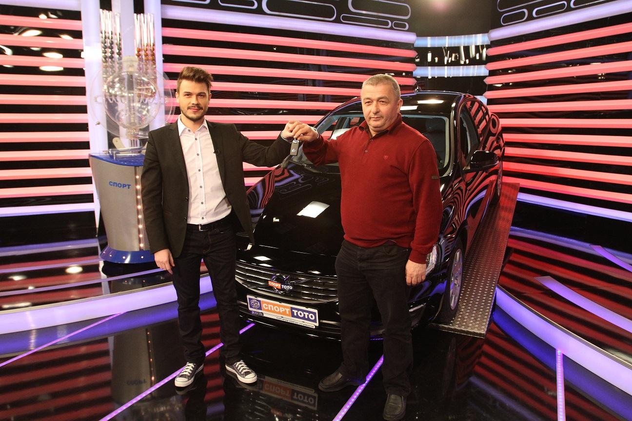 Водещият Цветан Николов връчва ключовете от Volvo S60 на късметлията Петър Йорданов