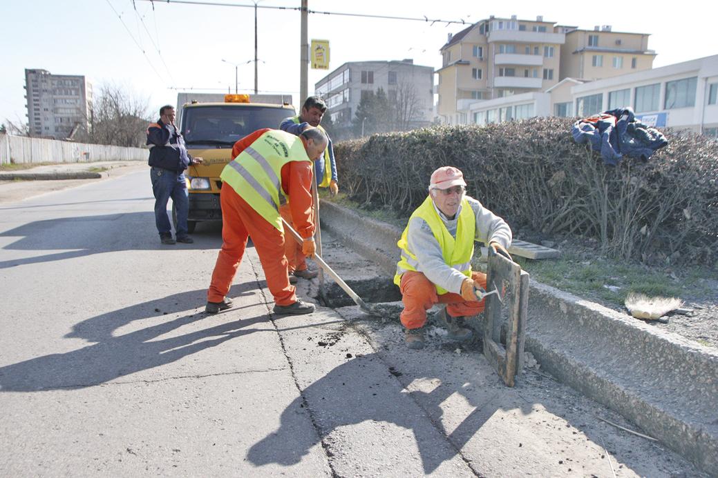 """Ремонтират се пропадналите дъждоприемни шахти на ул. """"Никола Габровски"""" в района на автогара """"Запад""""."""
