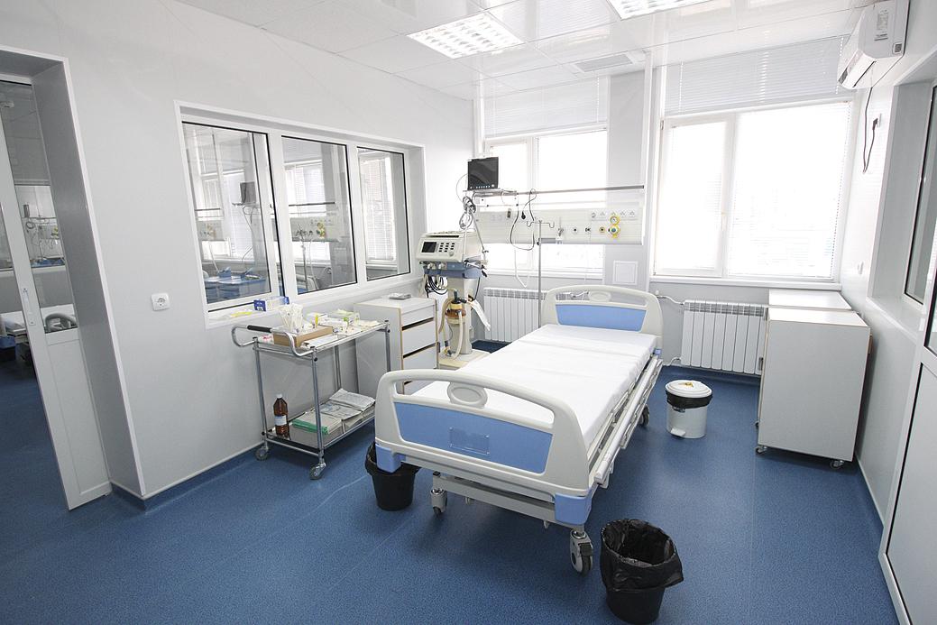 Всяка стая в отделението по реанимация е с видеонаблюдение, показателите на всички пациенти се следят от единна система в сестринската стая.