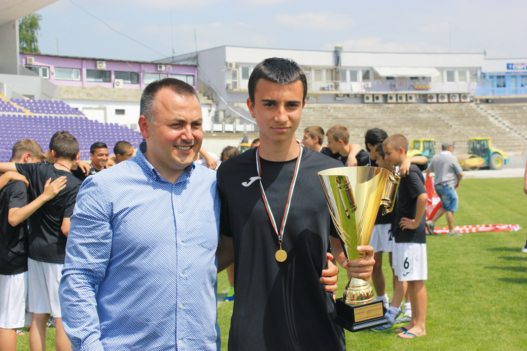 """Александър Нанков връчи купата на първенеца """"Славия""""."""