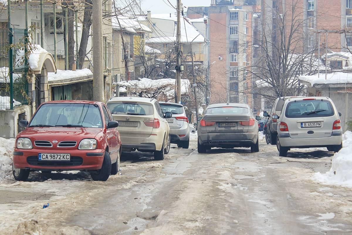 """Паркиране и трафик на ул. """"Баба Мота"""" в идеалния център на Велико Търново. сн. Бранимир БОНЕВ"""