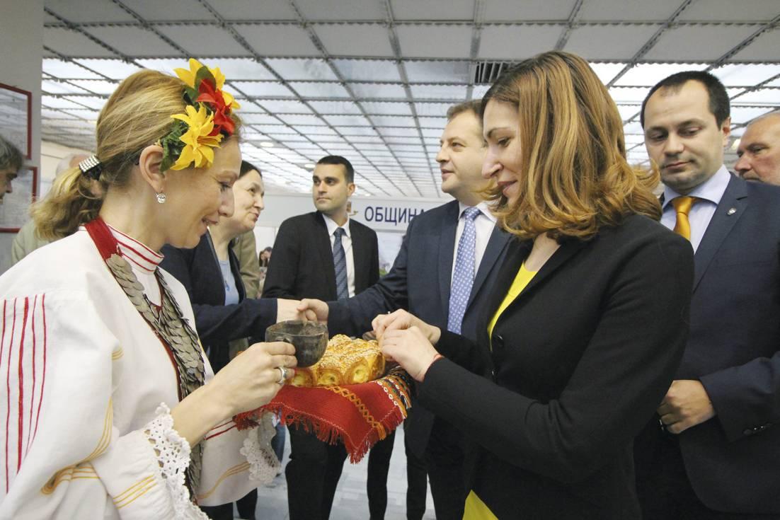 """Министърът на туризма Николина Ангелкова заедно с кмета Даниел Панов откриха 13-ото издание на Международното изложение """"Културен туризъм"""" във Велико Търново."""