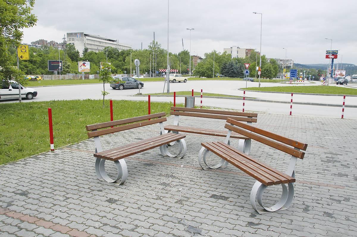 """Всеки ден младежи местят пейките в парк """"Руски гробища"""", а около тях  е повсеместна мръсотия."""