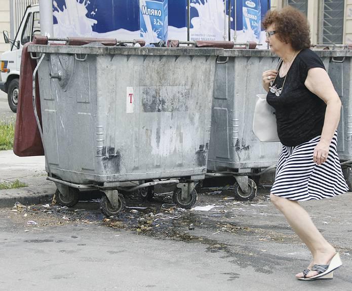 Хората забързват крачка покрай контейнерите заради течовете и миризмата от тях.
