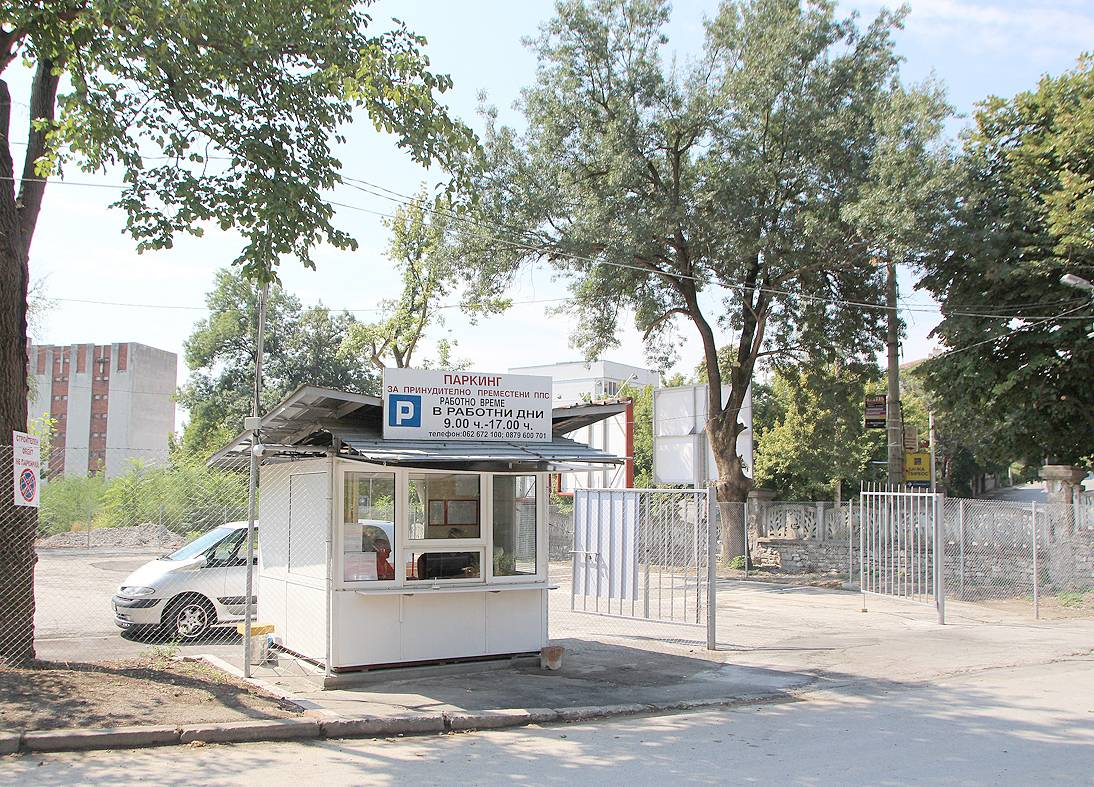 24 места има новият наказателен паркинг до паровата централа в Старото военно училище.    сн. Д. ЙОРДАНОВ