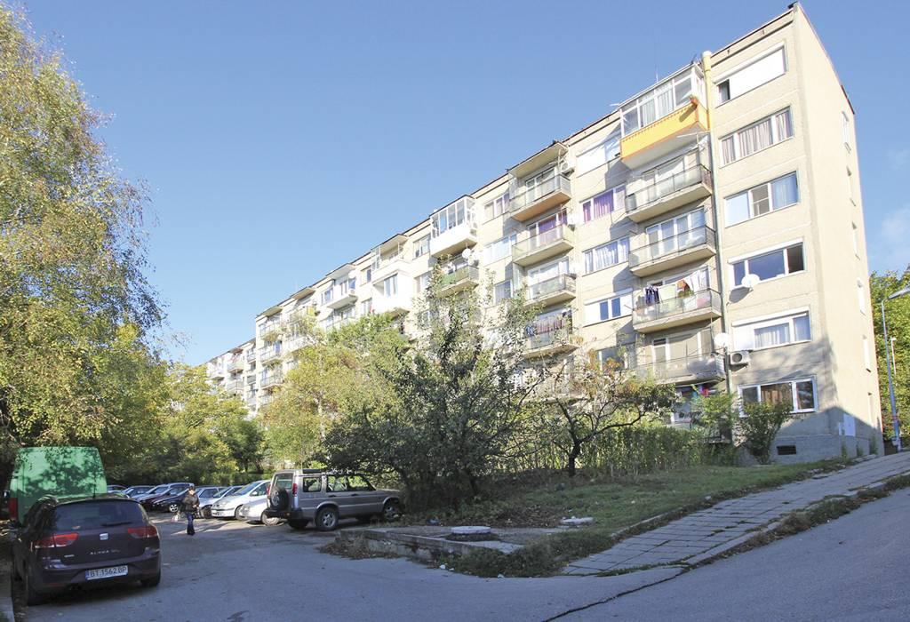 """Този блок на ул. """"Плиска"""" е със 126 апартамента и е най-дългият, който в есенно-зимния сезон ще бъде саниран."""