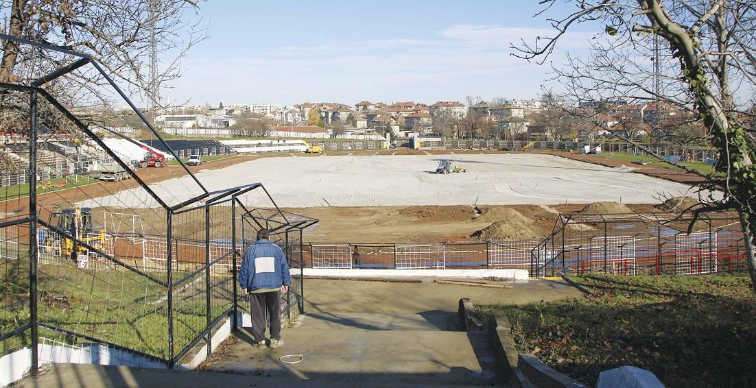 Ремонтните работи текат и стадионът трябва да е готов до месец.    сн. Д. ЙОРДАНОВ