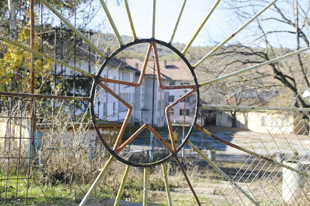 Изоставеното училище, за което държавата отказа да се прогрижи.